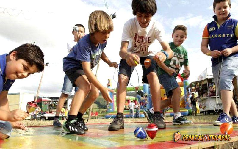 niños jugando con peonza